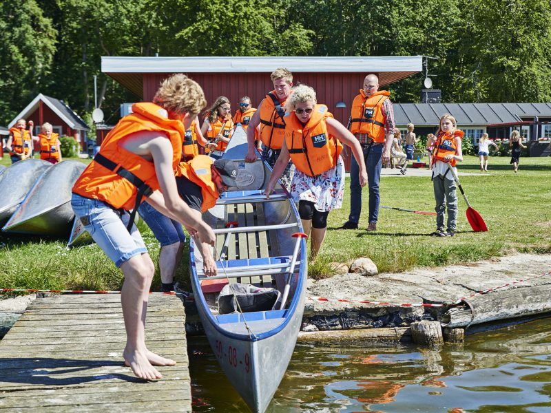 Lejrskolelever gør klar til kanotur